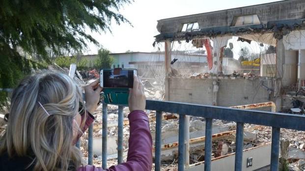 Carugate demolita la storica piscina di via fidelina - Piscina di bresso ...